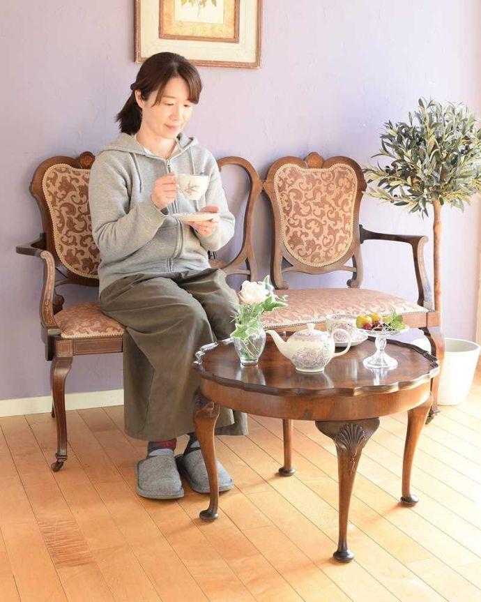 q-1792-f 英国アンティークコーヒーテーブルのモデル入り