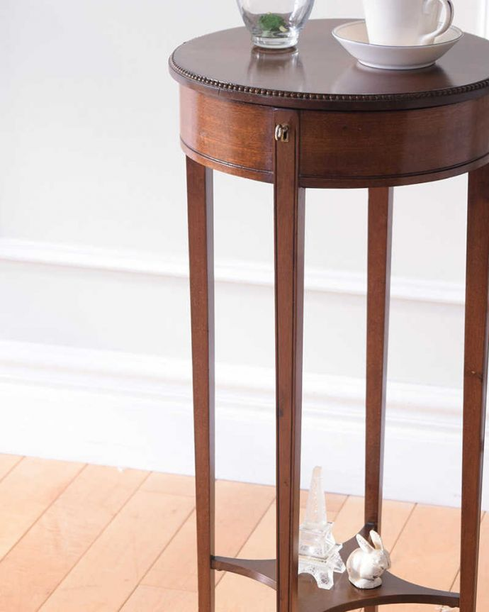 q-1838-f アンティークオケージョナルテーブルのアップ