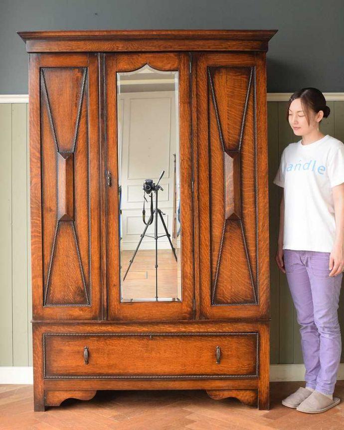 アンティーク家具 たっぷりお片付けできるアンティーク家具、ミラー付きと引き出しが付いたワードローブ。実は隠れた人気モノのアンティークアンティーク家具の中でリクエストが多いワードローブ。(q-1924-f)