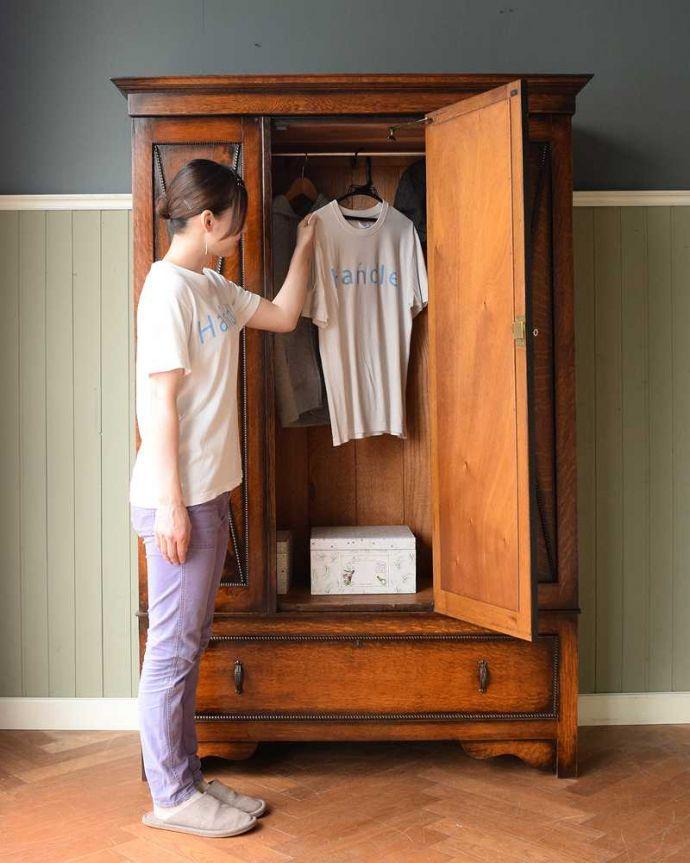 アンティーク家具 たっぷりお片付けできるアンティーク家具、ミラー付きと引き出しが付いたワードローブ。今日は何を着ようかな?お出かけ前のひとときも、このワードローブがあれば、さらに楽しい時間になります。(q-1924-f)