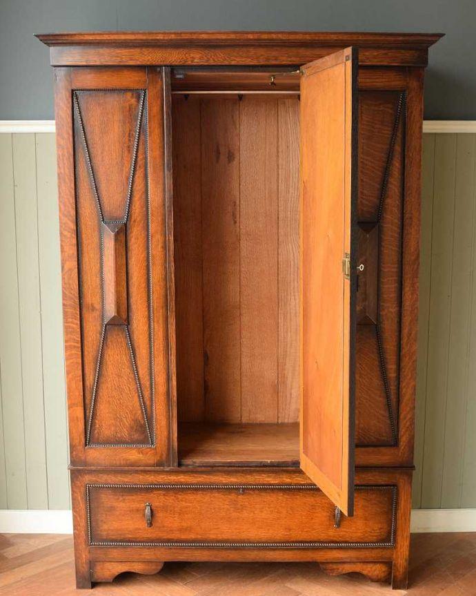 アンティーク家具 たっぷりお片付けできるアンティーク家具、ミラー付きと引き出しが付いたワードローブ。扉を開けて中を見ると・・・こんな感じで、たっぷり収納できます。(q-1924-f)