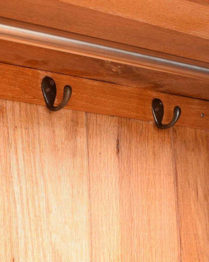 アンティーク家具 たっぷりお片付けできるアンティーク家具、ミラー付きと引き出しが付いたワードローブ。お洋服を掛ける場所ポールが付いているので、ここにハンガーを掛けてください。(q-1924-f)
