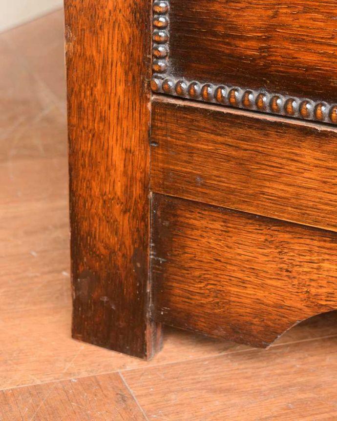 アンティーク家具 たっぷりお片付けできるアンティーク家具、ミラー付きと引き出しが付いたワードローブ。女性でも運べちゃう理由は・・・Handleのアンティークは、脚の裏にフェルトキーパーをお付けしていますので、重い家具でも床を滑らせて移動出来ます。(q-1924-f)