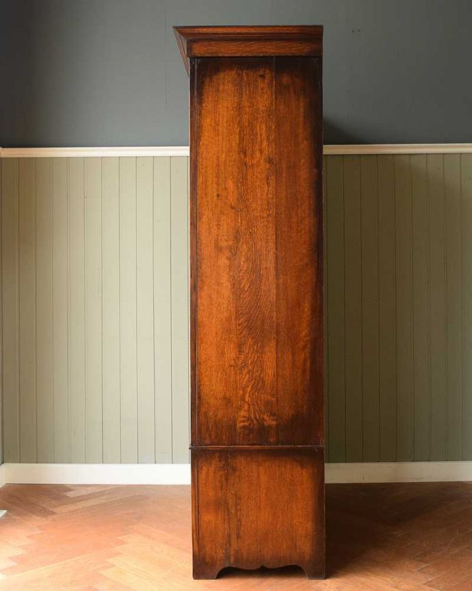 アンティーク家具 たっぷりお片付けできるアンティーク家具、ミラー付きと引き出しが付いたワードローブ。横から見た姿もステキ正面だけじゃなく横から見るとこんな感じです。(q-1924-f)