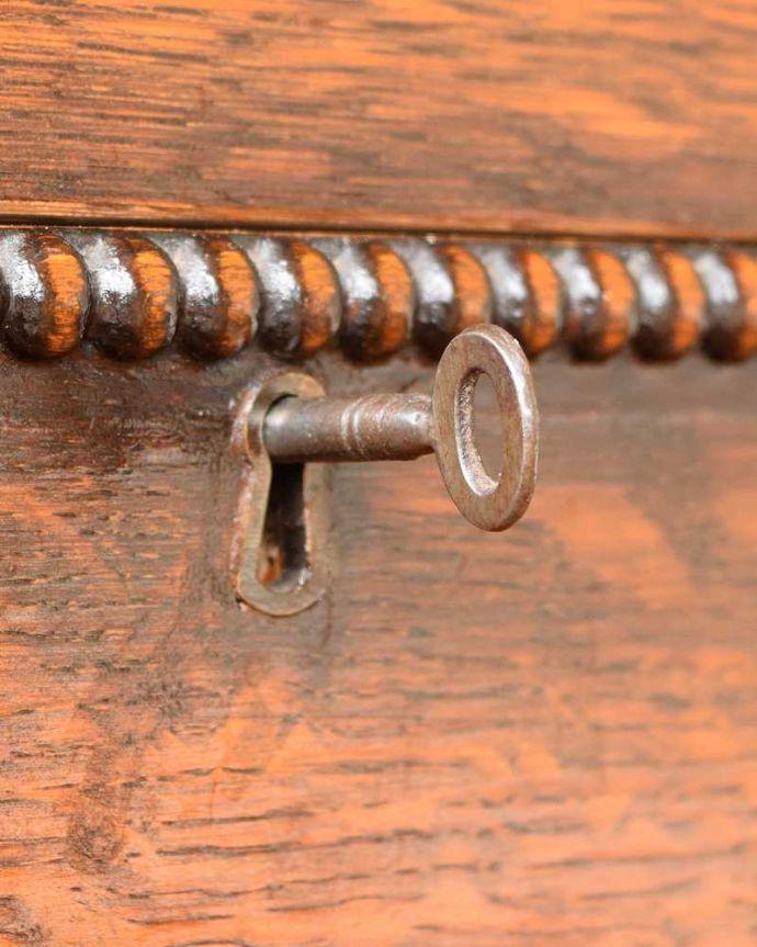 アンティーク家具 たっぷりお片付けできるアンティーク家具、ミラー付きと引き出しが付いたワードローブ。引き出しにも鍵が付いています。(q-1924-f)