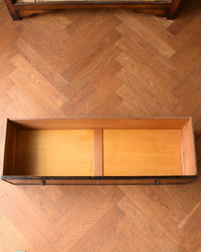 アンティーク家具 たっぷりお片付けできるアンティーク家具、ミラー付きと引き出しが付いたワードローブ。たっぷり収納出来るキレイな引き出しお洋服もたくさん入る引き出し。(q-1924-f)