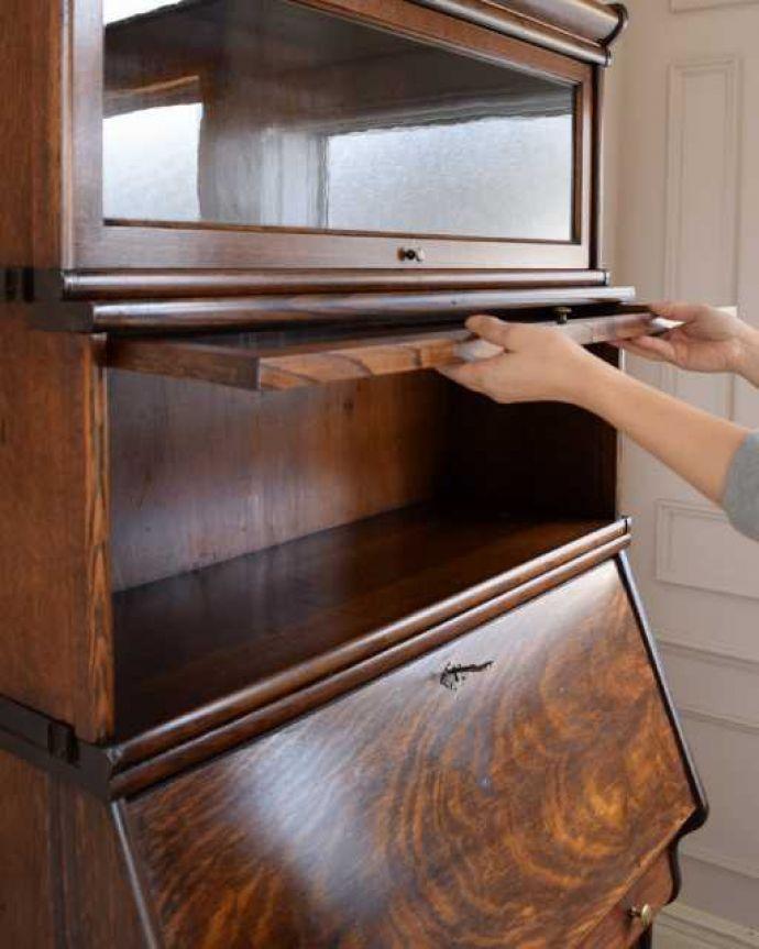 アンティークのキャビネット アンティーク家具 英国アンティークのスタッキングビューローキャビネット(デスク)。ちょっとオシャレな扉フラップ式の扉なので、上に持ち上げてスライドさせれば中に収納出来ます。(q-1993-f)