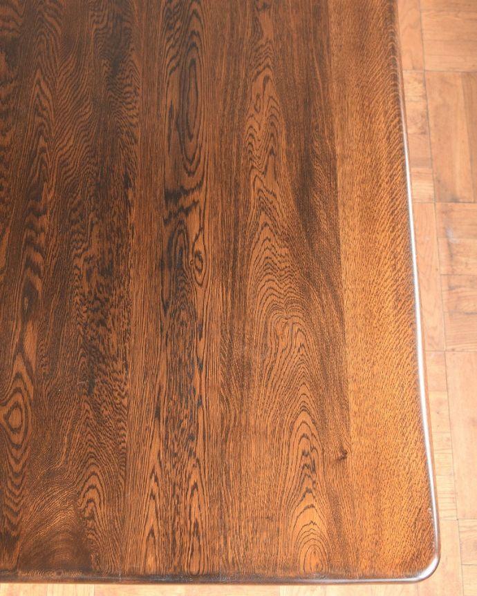 アンティークのテーブル アンティーク家具 英国スタイルの重厚感あふれるアンティークのダイニングテーブル。近づいてみると・・・アンティークのテーブルは、木目の美しさも魅力の一つです。(q-2050-f)