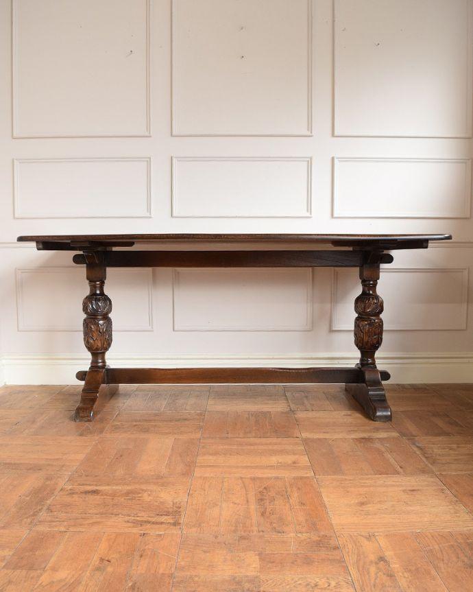 アンティークのテーブル アンティーク家具 英国スタイルの重厚感あふれるアンティークのダイニングテーブル。真横から見ると・・・サイドから見てみると、こんな感じで美しいです。(q-2050-f)