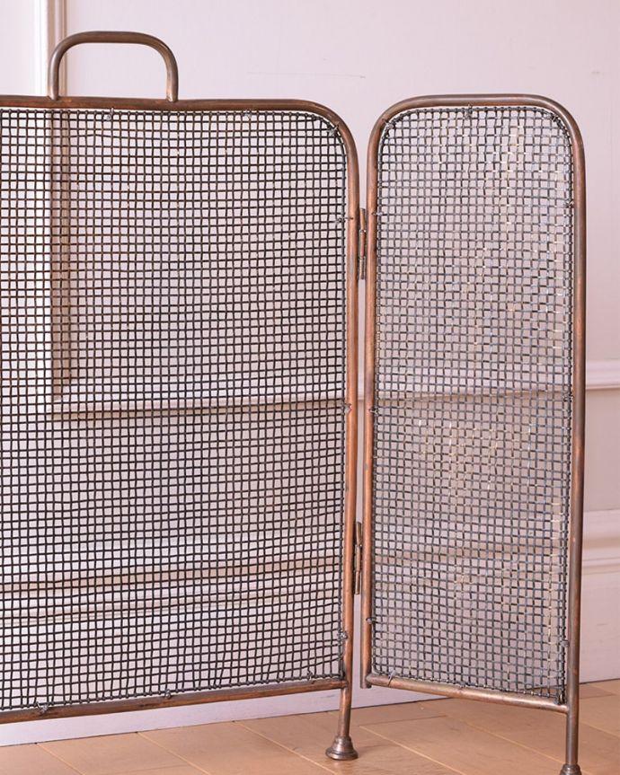 めずらしい家具 アンティーク家具 イギリスで見つけた珍しいレアなアンティーク、真鍮製のファイヤースクリーン(持ち手付き)。見ても楽しめるアンティークですいろんな場所に持ち運べる大きさ。(q-2059-f)