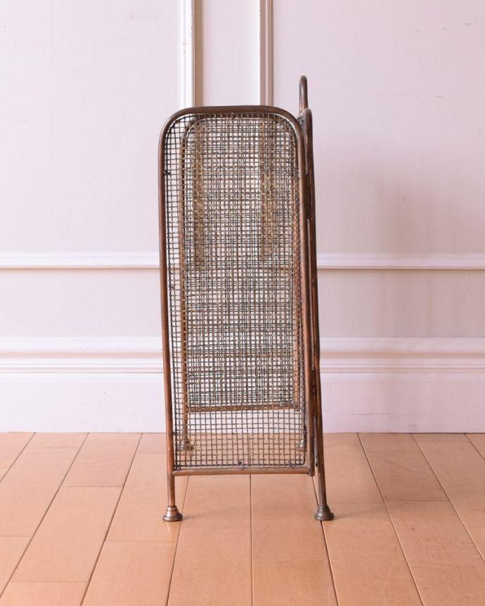 めずらしい家具 アンティーク家具 イギリスで見つけた珍しいレアなアンティーク、真鍮製のファイヤースクリーン(持ち手付き)。横から見ると両サイドは可動式です。(q-2059-f)