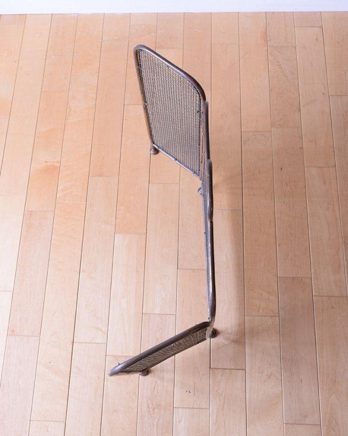 めずらしい家具 アンティーク家具 イギリスで見つけた珍しいレアなアンティーク、真鍮製のファイヤースクリーン(持ち手付き)。上から見ると・・・スマートなので、どこに置いても邪魔になることはありません。(q-2059-f)