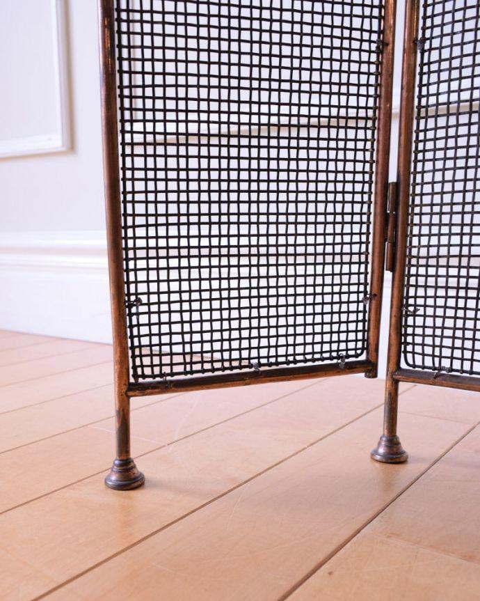 めずらしい家具 アンティーク家具 イギリスで見つけた珍しいレアなアンティーク、真鍮製のファイヤースクリーン(持ち手付き)。足先は・・・金属製の足先なので、フェルトは付いていません。(q-2059-f)