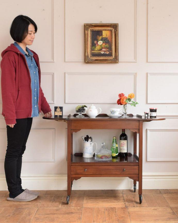 アンティークのワゴン・トローリー アンティーク家具 アンティークワゴン、サイズを変えて便利に使える家具(トロリー)(引き出し付き) 。天板が大きくなっちゃう便利なトローリードロップリーフタイプになっているアンティークのトローリー。(q-2126-f)