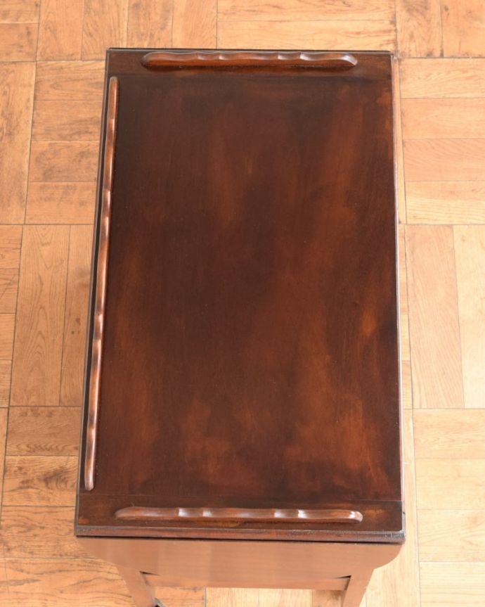 アンティークのワゴン・トローリー アンティーク家具 アンティークワゴン、サイズを変えて便利に使える家具(トロリー)(引き出し付き) 。広げればテーブル代わりになっちゃう広い天板まるでワゴンの上にドロップリーフテーブルが付いているようなデザイン。(q-2126-f)