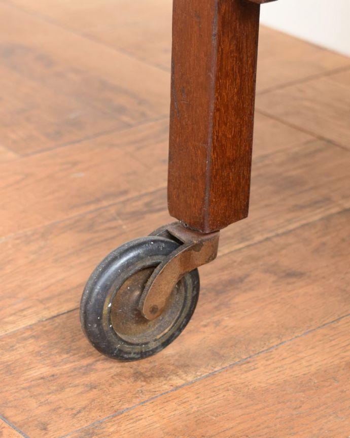 アンティークのワゴン・トローリー アンティーク家具 アンティークワゴン、サイズを変えて便利に使える家具(トロリー)(引き出し付き) 。ちゃんと動きます脚先にはキャスターが。(q-2126-f)