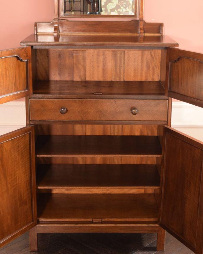 アンティークのドレッサー アンティーク家具 ドレッシングチェスト 扉を開けて中を見てみると…職人がキレイに修復したので、扉の中もキレイです。(q-2225-f)
