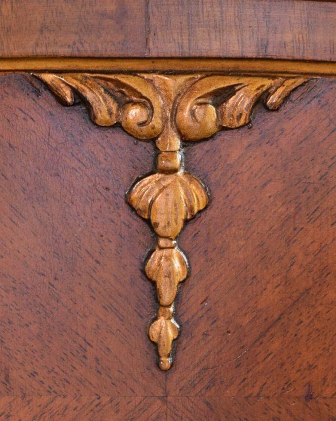 アンティークのドレッサー アンティーク家具 ドレッシングチェスト 惚れ惚れするような美しさとっても堅い無垢材に一体どうやって彫っていったんでしょう?アンティークらしく細かい彫りを眺めているだけでうっとりしてしまいます。(q-2225-f)