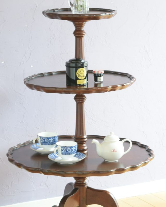 アンティークのテーブル アンティーク家具 ダムウェイターテーブル 上品で優雅なアンティーク凛とした雰囲気が漂うアンティークらしい立ち姿のテーブル。(q-2252-f)