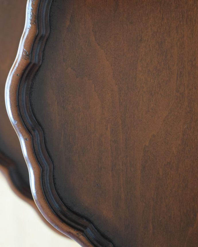 アンティークのテーブル アンティーク家具 ダムウェイターテーブル 天板を近づいてみると…アンティークだから手に入れることが出来る天板に使われている銘木の美しさにうっとりです。(q-2252-f)
