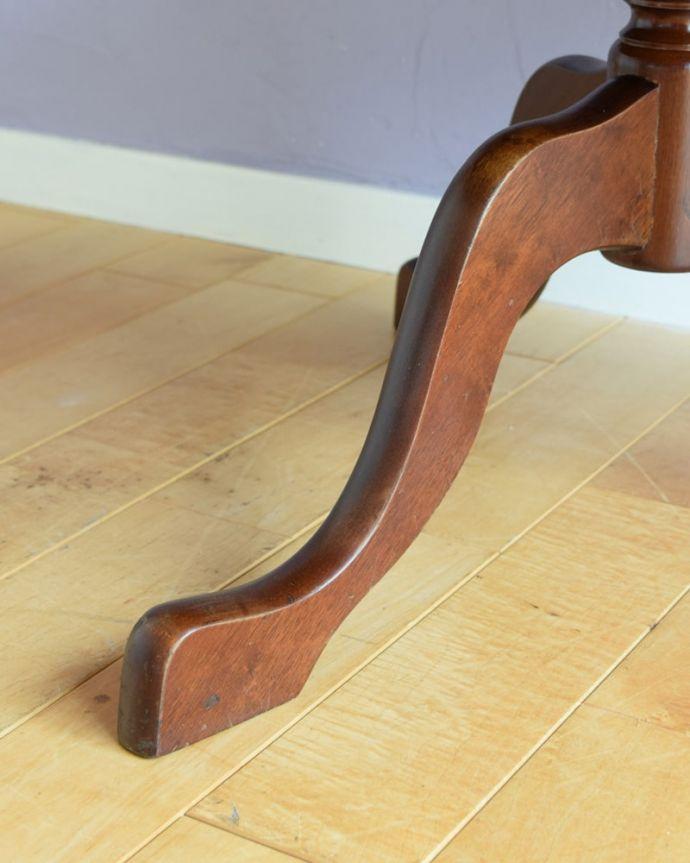 アンティークのテーブル アンティーク家具 ダムウェイターテーブル 持ち上げなくても移動できます!Handleのアンティークは、脚の裏にフェルトキーパーをお付けしていますので、床を滑らせてれば移動が簡単です。(q-2252-f)
