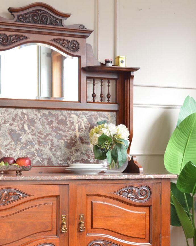 アンティークのキャビネット アンティーク家具 ウォッシュスタンド タイルと天然大理石の美しいコラボ洗面器を置いて顔や手を洗う用に使っていた家具には、水が弾いてもいいようにタイルと天然大理石の贅沢な素材が使われています。(q-2307-f)