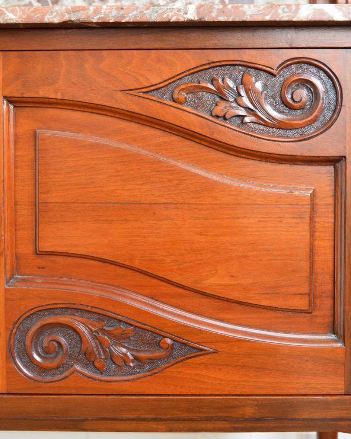 アンティークのキャビネット アンティーク家具 ウォッシュスタンド 惚れ惚れするような美しさとっても堅い無垢材に一体どうやって彫っていったんでしょう?アンティークらしく細かい彫りを眺めているだけでうっとりしてしまいます。(q-2307-f)