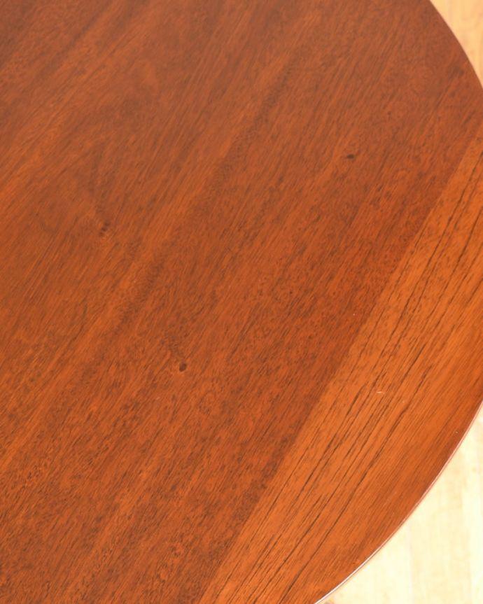 アンティークのテーブル アンティーク家具 ティーテーブル 近づいて見てみると・・・アンティークでしか手に入れることが出来ない美しい木目も魅力です。(q-2321-f)