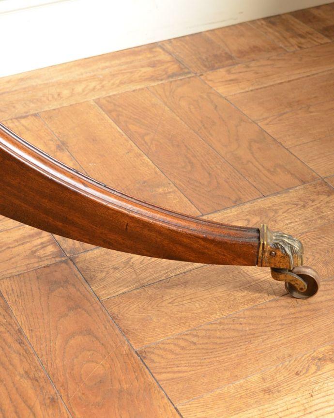 アンティークのテーブル アンティーク家具 ティーテーブル 持ち上げなくても移動できます!Handleのアンティークは、脚の裏にフェルトキーパーをお付けしていますので、床を滑らせてれば移動が簡単です。(q-2321-f)