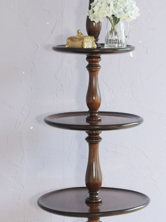 英国アンティーク家具らしい美しいテーブル