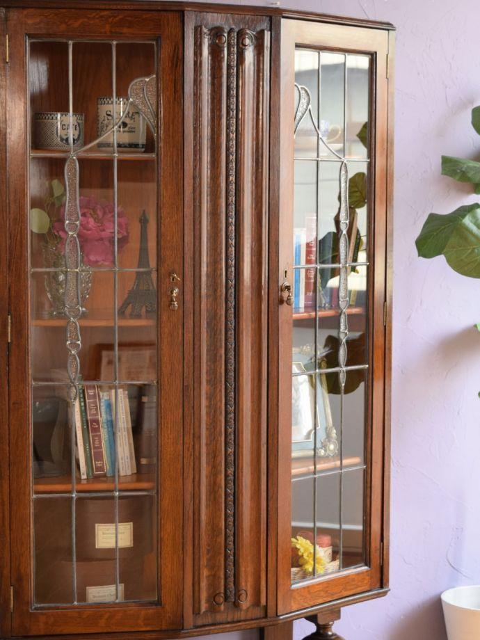 ステンドグラスの扉が美しいキャビネット