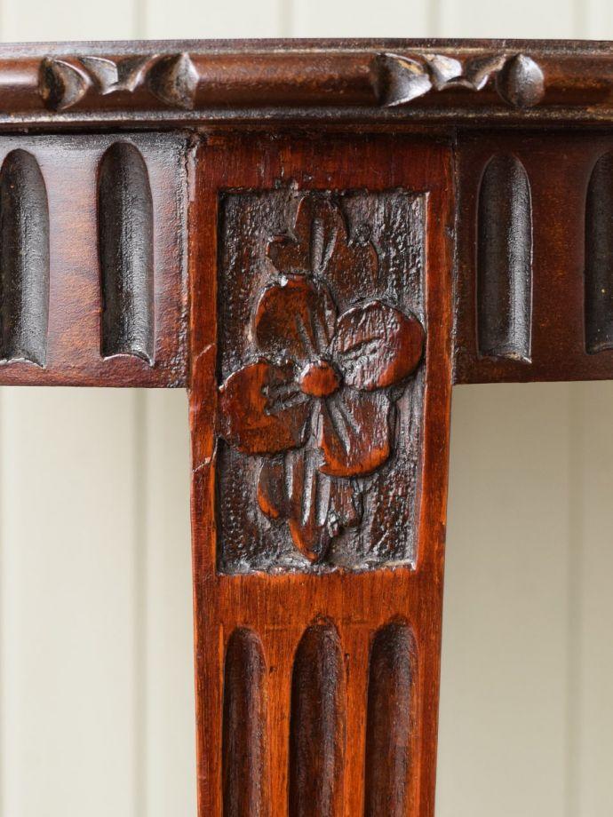 英国アンティーク家具らしい装飾
