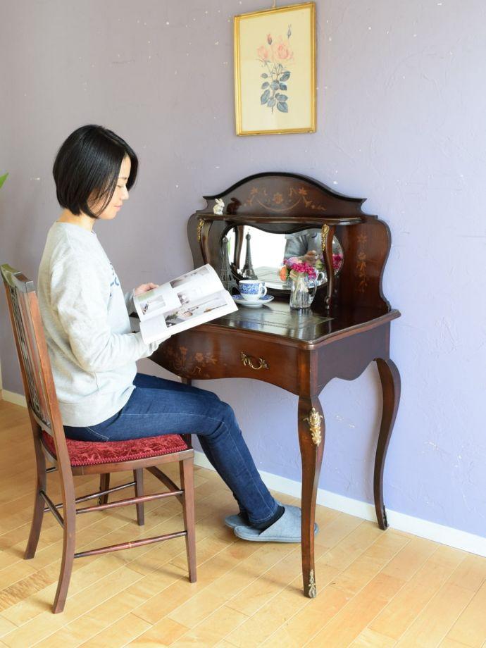 アンティークの書斎机で楽しむ贅沢な時間