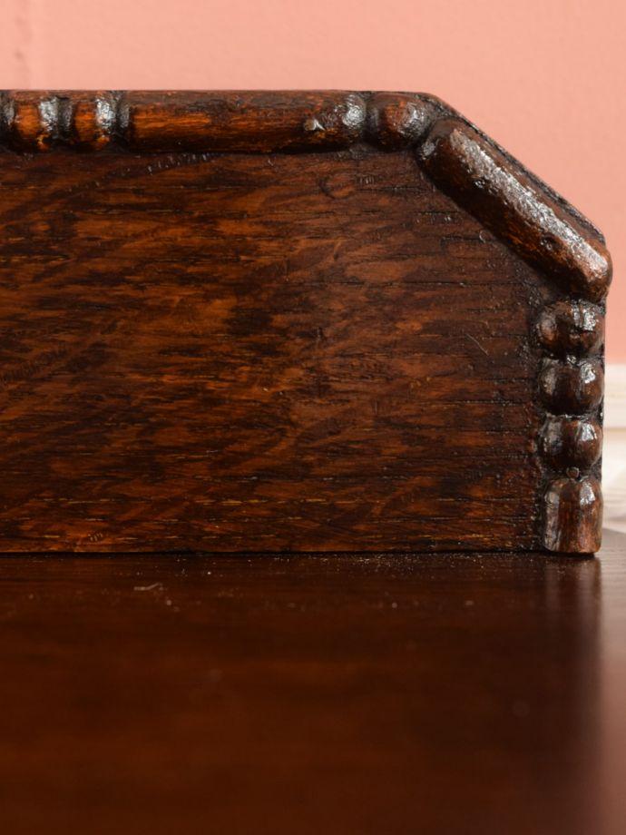 英国アンティーク家具らしい彫