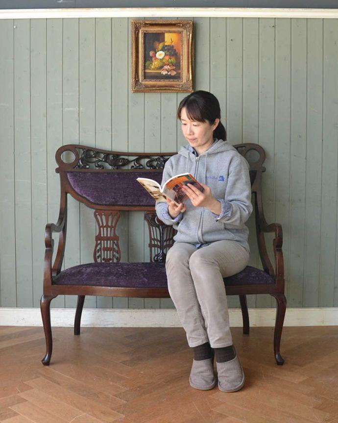 セティ・ソファ・ベンチ アンティーク チェア 英国のアンティークセティ、繊細な彫刻が美しいアーム付き長椅子(ソファ)。ここに座るだけで貴婦人気分17世紀頃に誕生した肘掛けと背もたれが付いた椅子セティは、2人以上で座れるソファの前身になった椅子。(q-269-c)