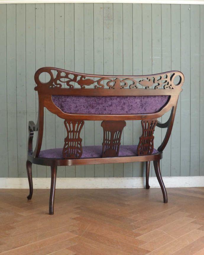 セティ・ソファ・ベンチ アンティーク チェア 英国のアンティークセティ、繊細な彫刻が美しいアーム付き長椅子(ソファ)。後ろ姿を見ても完璧な美しさアンティークは新品ではないので、もちろん経年変化によるキズはありますがHandleでは専門の職人がしっかり修復しています。(q-269-c)