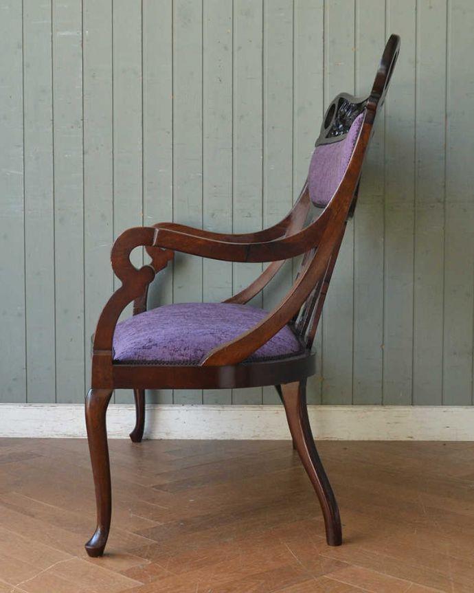 セティ・ソファ・ベンチ アンティーク チェア 英国のアンティークセティ、繊細な彫刻が美しいアーム付き長椅子(ソファ)。気品の感じられる横顔横から見ても優雅さは同じ。(q-269-c)