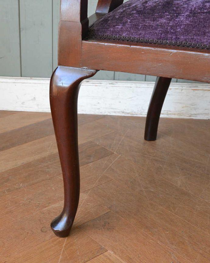 セティ・ソファ・ベンチ アンティーク チェア 英国のアンティークセティ、繊細な彫刻が美しいアーム付き長椅子(ソファ)。持ち上げなくても移動できます!Handleのアンティークは、脚の裏にフェルトキーパーをお付けしていますので、持ち上げなくても床を滑らせて移動させることが出来ます。(q-269-c)