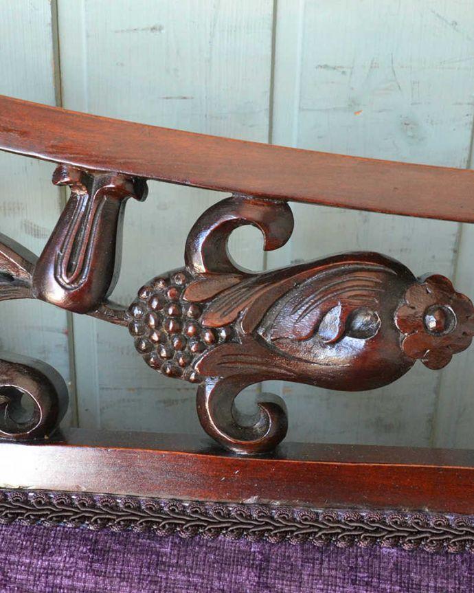 セティ・ソファ・ベンチ アンティーク チェア 英国のアンティークセティ、繊細な彫刻が美しいアーム付き長椅子(ソファ)。美しい背もたれの透かし彫り「ピアス・ドゥ・カービング」と呼ばれる背もたれの細工。(q-269-c)