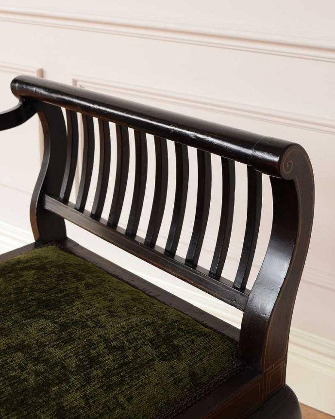 セティ・ソファ・ベンチ アンティーク チェア 象嵌も装飾も施された究極に美しいイギリスアンティークの椅子(セティ)。アーム部分にも注目肘を掛けておけるアームチェアは座ったときにやっぱりラク。(q-326-c)