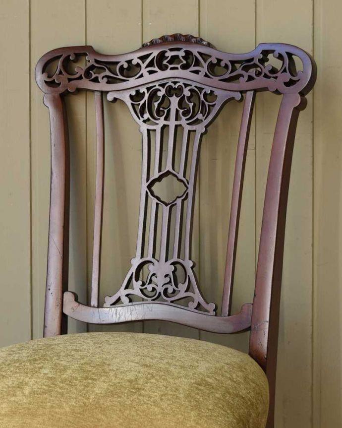 アンティーク チェア 英国輸入の美しい椅子、マホガニー材のアンティークサイドチェア(サロンチェア) 。アンティークらしい背もたれの装飾上質な雰囲気を漂わせる細かい彫。(q-380-c)