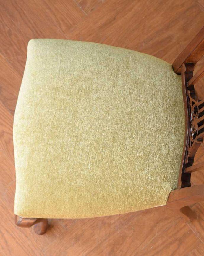 アンティーク チェア 英国輸入の美しい椅子、マホガニー材のアンティークサイドチェア(サロンチェア) 。座面を上から見るとこんな感じ座面は布貼りなので、長時間座っても疲れません。(q-380-c)