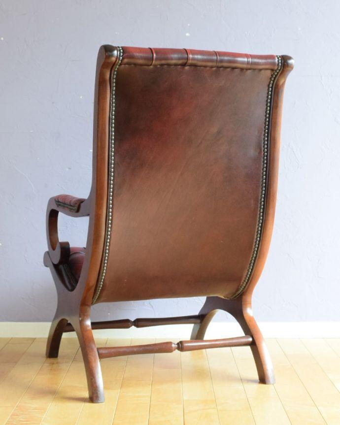 パーソナルチェア アンティークチェア・椅子 (チェスターフィールド)イージーチェアー 後ろ姿までカッコいいドッシリとカッコいい後ろ姿に惚れ惚れしてしまいます。(q-410-c)