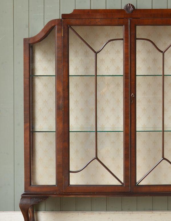 アンティークのキャビネット アンティーク家具 アンティークの英国スタイルの家具、マホガニー材のガラスキャビネット。アンティークのガラスがキレイにはめ込んであります。(q-583-f)