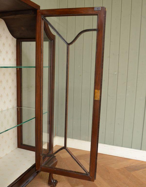 アンティークのキャビネット アンティーク家具 アンティークの英国スタイルの家具、マホガニー材のガラスキャビネット。木の装飾が上品なアクセントになっています。(q-583-f)