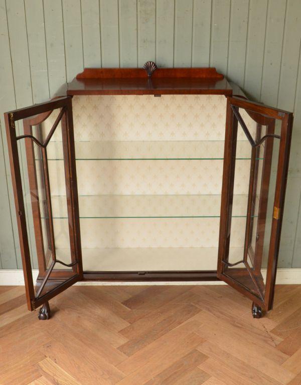 アンティークのキャビネット アンティーク家具 アンティークの英国スタイルの家具、マホガニー材のガラスキャビネット。両開きで出し入れもしやすいですよ。(q-583-f)