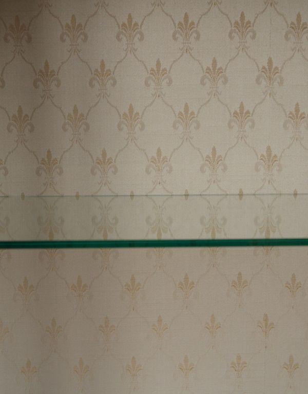 アンティークのキャビネット アンティーク家具 アンティークの英国スタイルの家具、マホガニー材のガラスキャビネット。背板に貼られたクロスは新しいものに張り替えました。(q-583-f)