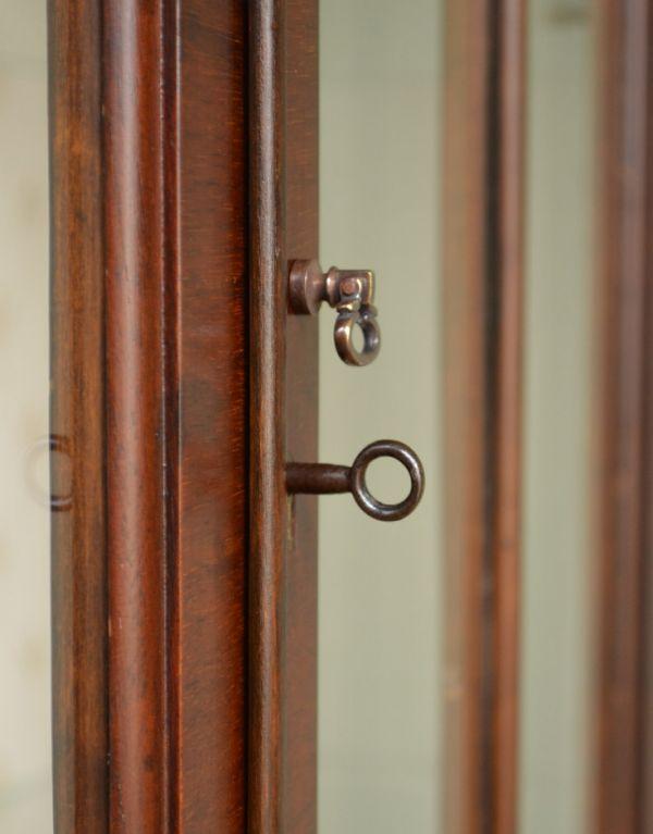 アンティークのキャビネット アンティーク家具 アンティークの英国スタイルの家具、マホガニー材のガラスキャビネット。小さな取っ手も付いています。(q-583-f)