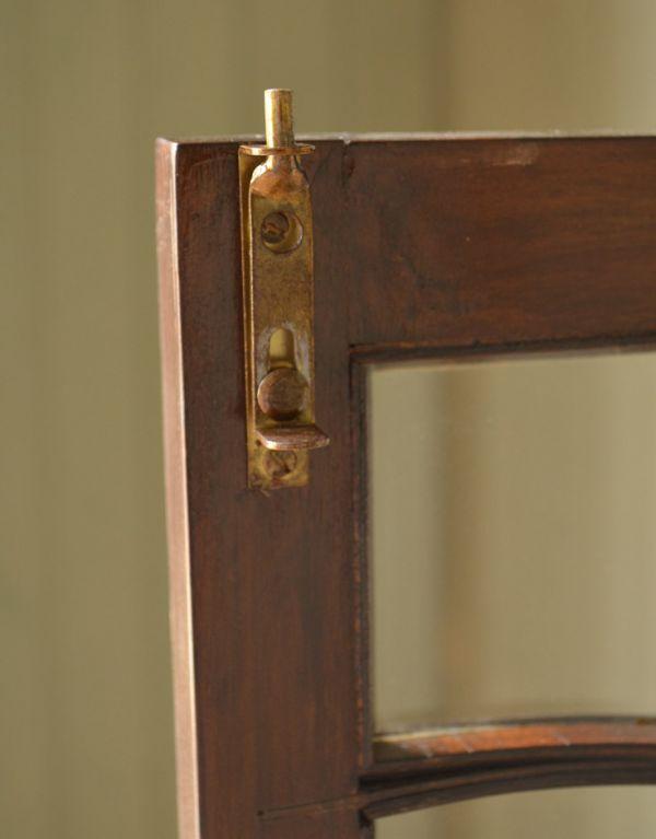 アンティークのキャビネット アンティーク家具 アンティークの英国スタイルの家具、マホガニー材のガラスキャビネット。扉を留めるためのストッパーも当時のものです。(q-583-f)
