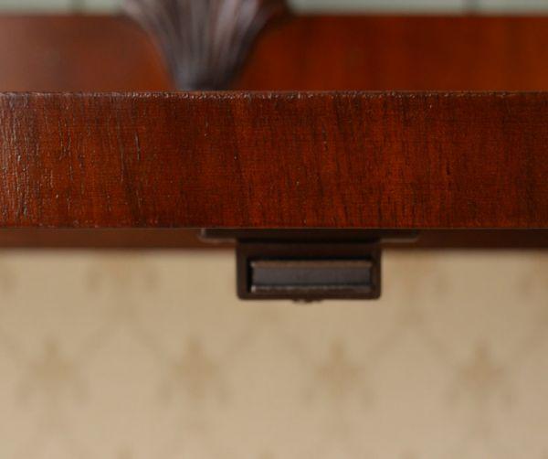 アンティークのキャビネット アンティーク家具 アンティークの英国スタイルの家具、マホガニー材のガラスキャビネット。扉にはマグネットが付いているので、開け閉めがスムーズです。(q-583-f)